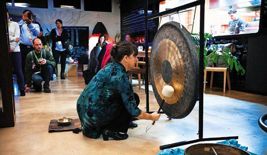 gongový kúpeľ ako ambientný zážitok pre 150 účastníkov medzinárodnej konferencie Red Hat v Brne v roku 2016